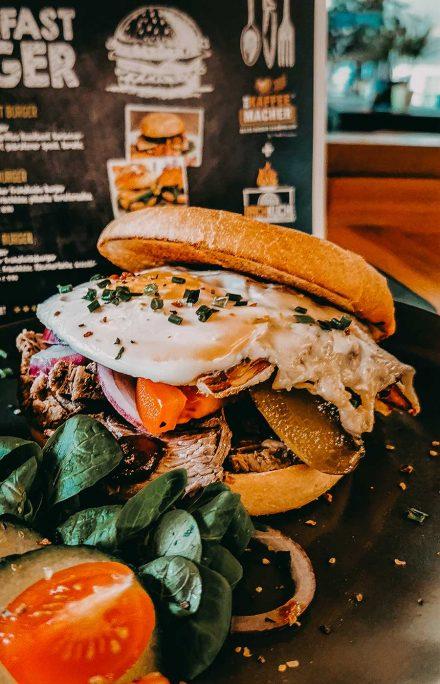 Breakfast Frühstücks Burger im Cafe Die Kaffeemacher in den Stadtgalerien in Schwaz in Tirol