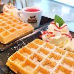 Brüsseler Waffel frisch aus dem Waffeleisen im Cafe Die Kaffeemacher in der Stadtgalerie in Schwaz